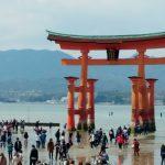 「広島県の宮島に遊びに行ったら、あの動物に柿の種を狙われた!?」